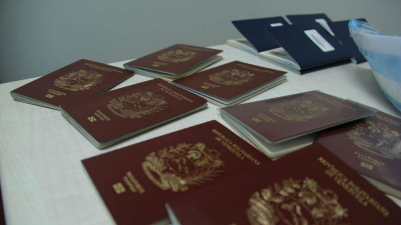 La Policía confisca sacos de permisos de conducir falsos a ciudadanos venezolanos